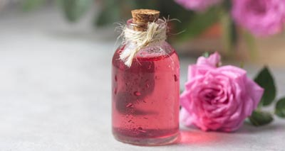 Top 4 Reasons to Use Rose Water<br/></noscript><img class=